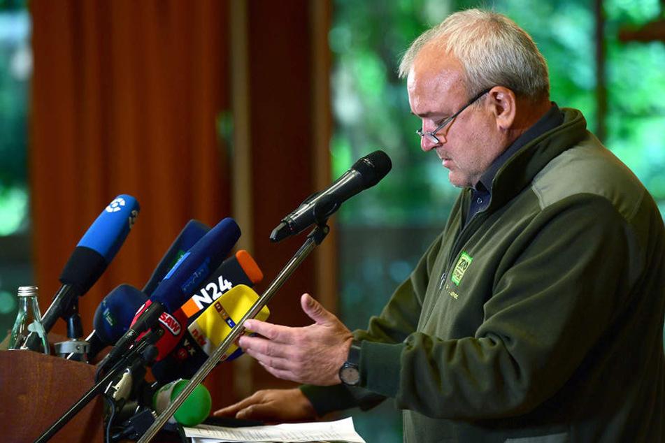 Zoo-Chef Jörg Junhold erklärte auf der PK, dass Löwe Majo verängstigt ist.