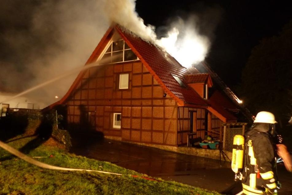 Der gesamte Dachstuhl und die oberste Etage brannten völlig aus.