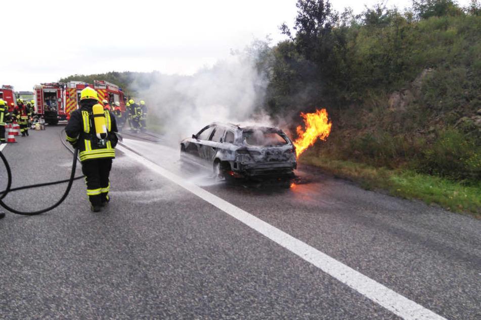 Ein brennendes Auto hat am Mittwochmorgen die A13 in Richtung Berlin lahmgelegt.