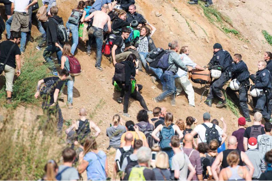 Am Nachmittag drangen 200 Aktivisten in den von der Polizei abgesperrten Wald vor.