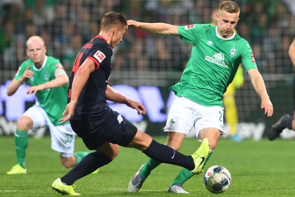 Werders Johannes Eggestein (r) im Duell mit Leipzigs Willi Orban.