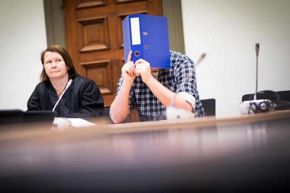 Der Angeklagte sitzt neben seiner Anwältin Anke Marten-Enke im Gerichtssaal.
