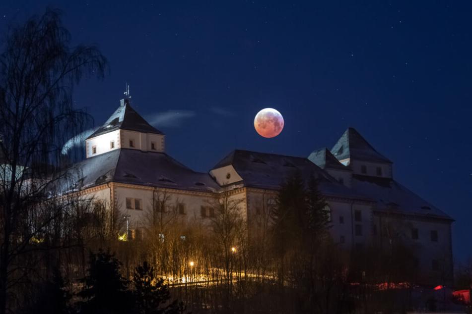 Die totale Mondfinsternis über Schloss Augustusburg.