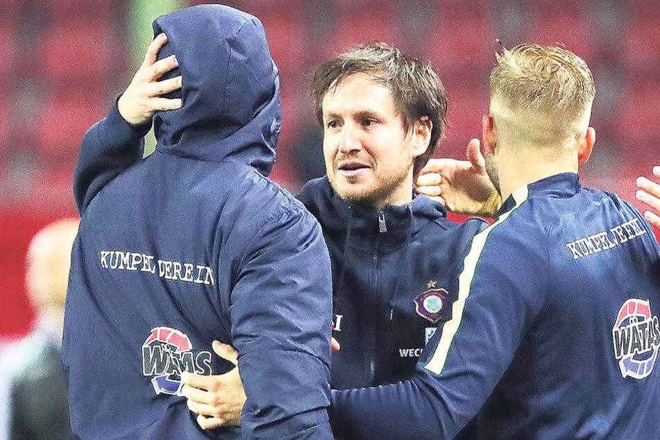 FCE-Trainer Hannes Drews (M.) umarmte nach dem letzten Auswärtsspiel Sören Bertram (l.) und Pascal Köpke. Damals gab es einen Sieg in Kaiserslautern.