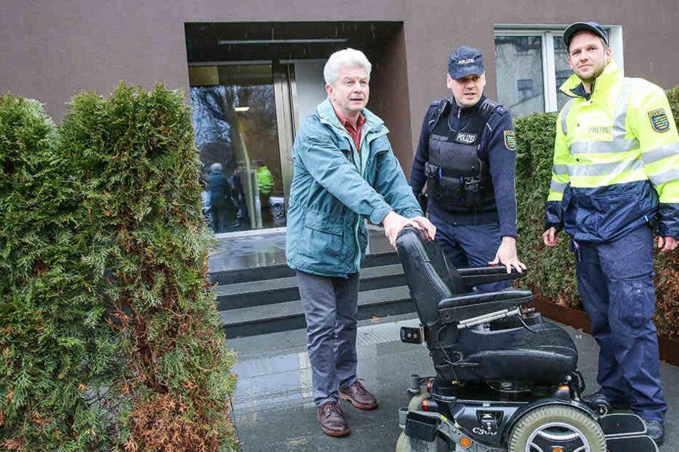 Keine 30 Stunden nach dem Diebstahl tauchte der Elektrorollstuhl wieder auf. Lebensgefährte Christian Neelmeijer (67) brachte ihn mit den Beamten zurück nach Hause.