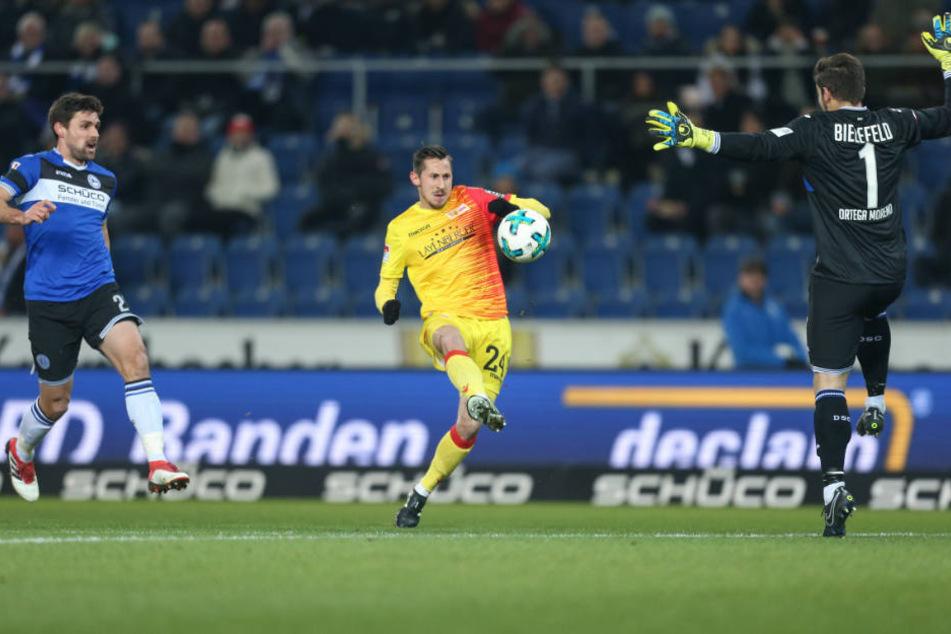 Union-Stürmer Steven Skrzybski (mi.) hatte keine Probleme, zur 1:0-Führung DSC-Keeper Stefan Oretga (re.) zu überwinden.