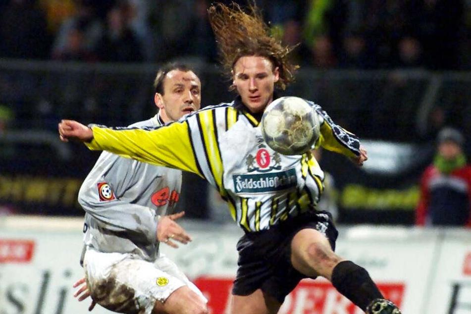 Mike Möllensiep (r.) im Duell mit Jürgen Kohler beim Testspiel in Dresden gegen Borussia Dortmund (1:2). (Archivbild)