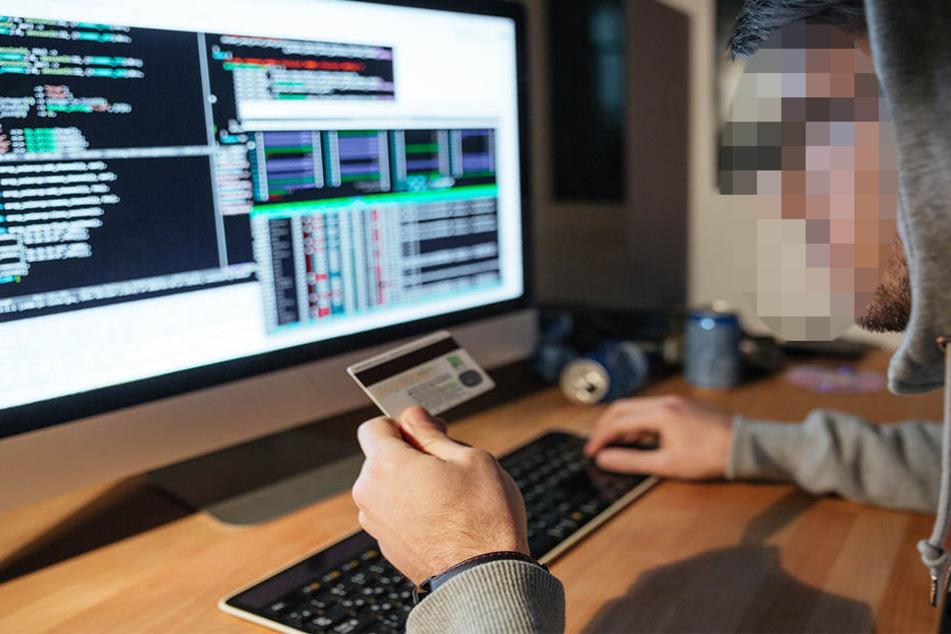 Der 27-Jährige soll sich über ein Internetportal bei Privatpersonen einquartiert und dann deren EC- und Kreditkarten gestohlen haben. (Symbolbild)