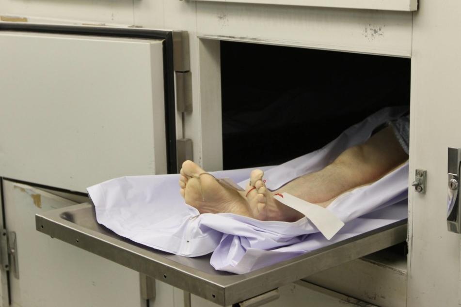 Die Eltern stellten fest, dass ihr Sohn noch atmet, als sie ihn im Leichenhaus identifizieren sollten. (Symbolbild)