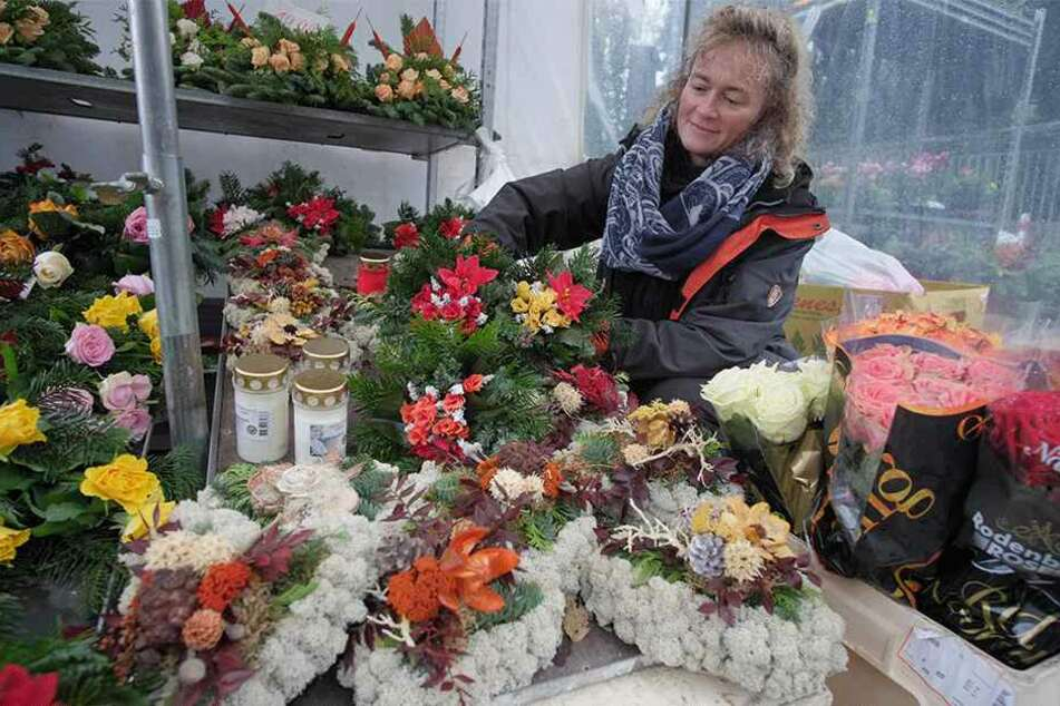"""Silke Jablonski (45) vom """"Blumen und Pflanzenservice Chemnitz"""" verkauft heute Gestecke und Kränze."""