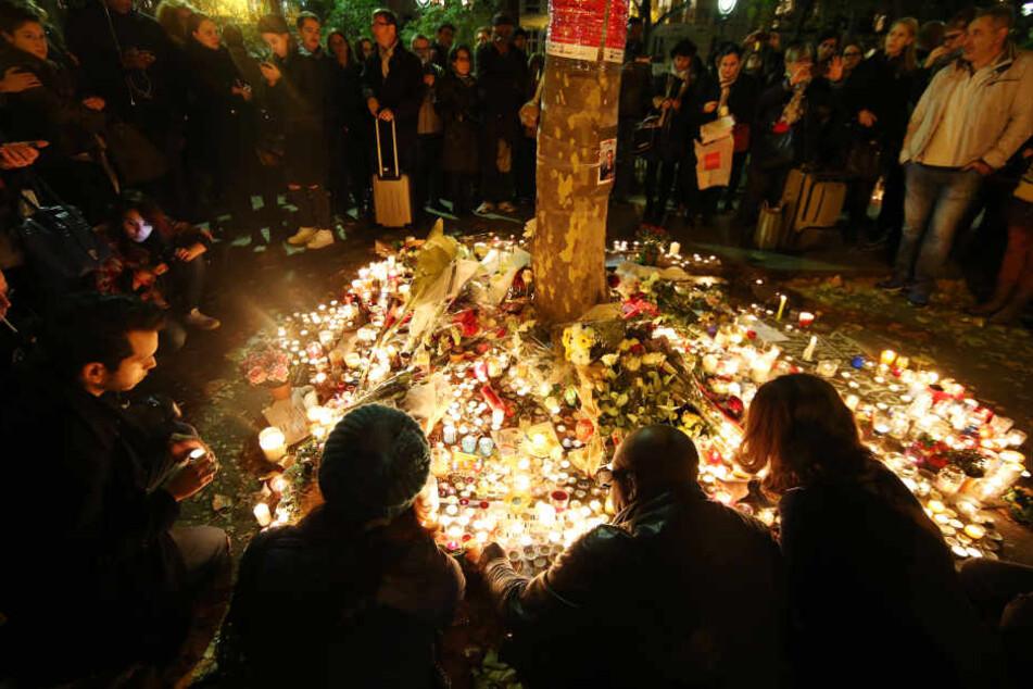 Nach den Anschlägen in Paris hatten viele Menschen Kerzen und Blumen in Gedenken an die Opfer der Anschläge niedergelegt.