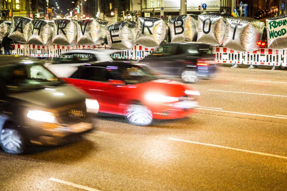 """Mitglieder der Umwelt- und Naturschutzorganisation Robin Wood demonstrieren am Donnerstagabend an der B14 am Neckartor mit großen Folienwürfeln mit dem Schriftzug """"Fahrverbot"""" gegen die Feinstaubbelastung in der Stadt und fordern die Reduzierung des Verke"""
