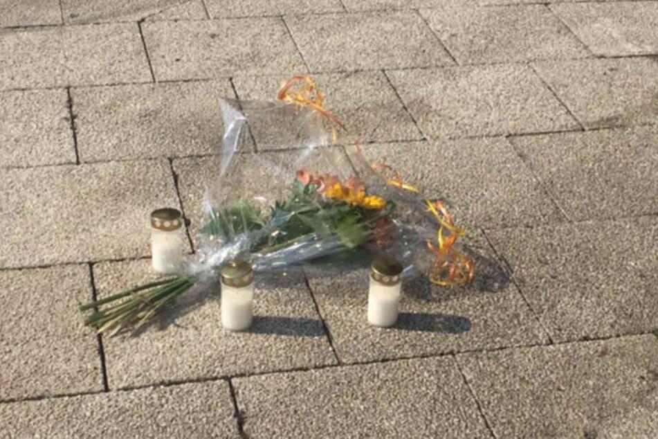 Blumen zum Gedenken auf dem Ebertplatz.