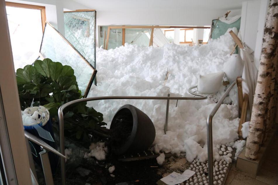Der Schnee bahnte sich durch die Fenster seinen Weg ins Innere des Hotels.
