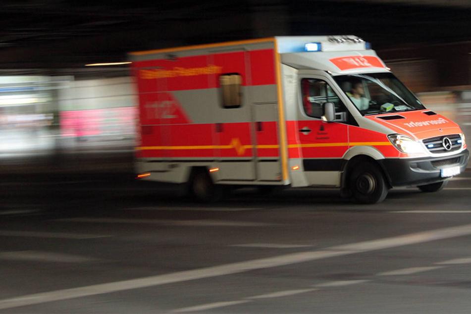 Rettungskräfte mussten den 19-jährigen Biker in das Klinikum Güterloh bringen (Symbolbild).