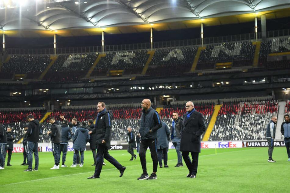 Luciano Spalletti (m.), Trainer von Inter Mailand, sowie Spieler und Betreuer sind bei der Platzbegehung auf dem Spielfeld der Commerzbank Arena.