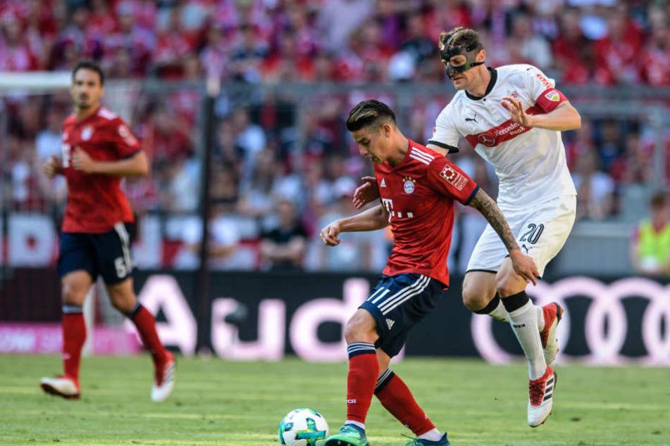 James Rodriguez vom FC Bayern München (l) und Christian Gentner von Stuttgart im Zweikampf um den Ball.