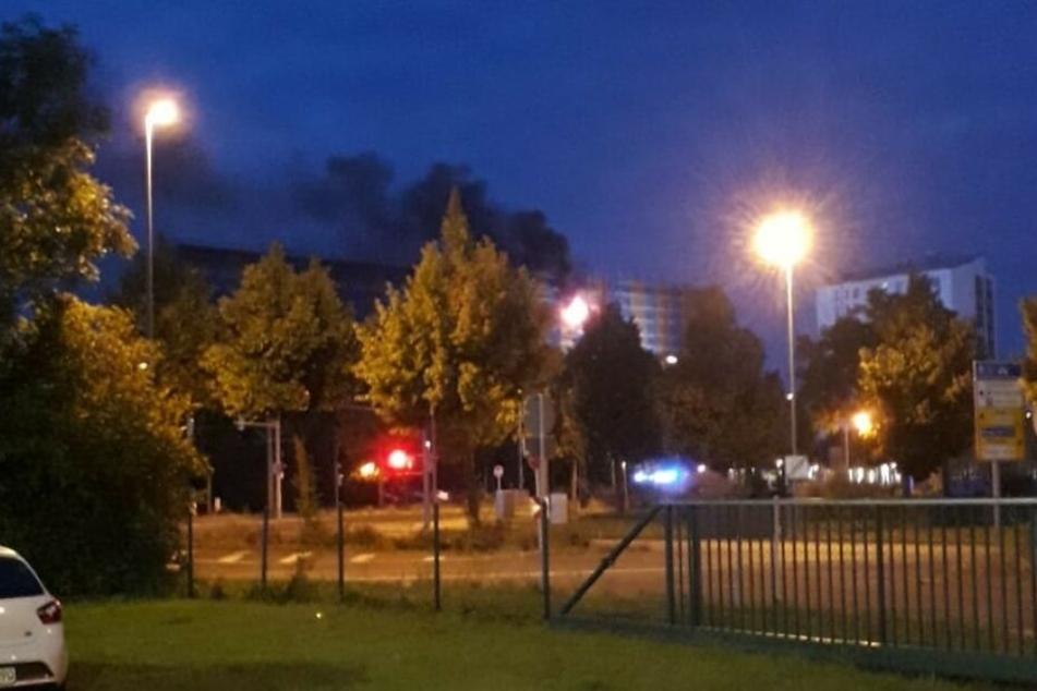 Schon aus einiger Entfernung war die schwarze Rauchwolke am frühen Sonntagmorgen zu sehen.