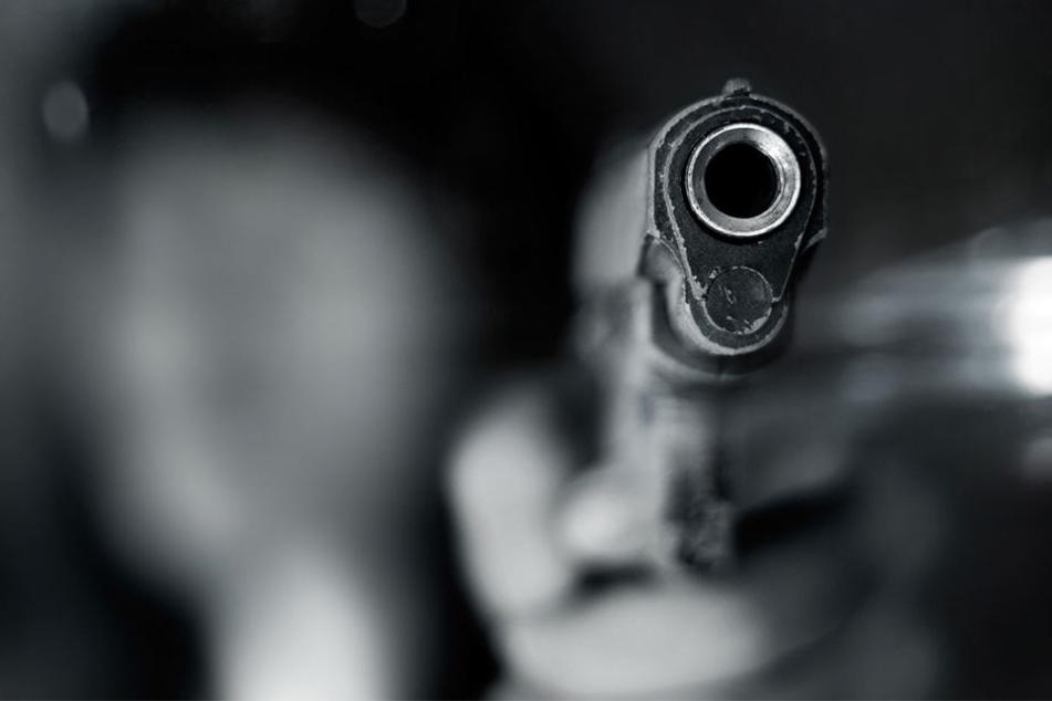Der Mann schoß insgesamt sieben Mal in die Karl-Friedrich-Schinkel-Straße. (Symbolbild)