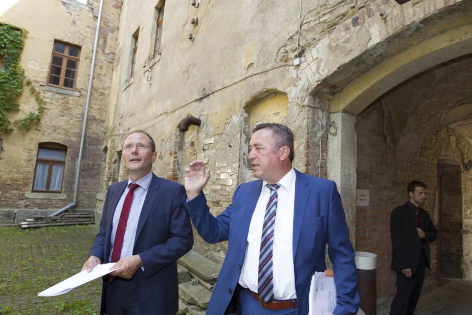 Innenminister Markus Ulbig (52, CDU, l.) ließ sich gestern von Plauens  Oberbürgermeister Ralf Oberdorfer (56, FDP) die Probleme im Viertel erklären.