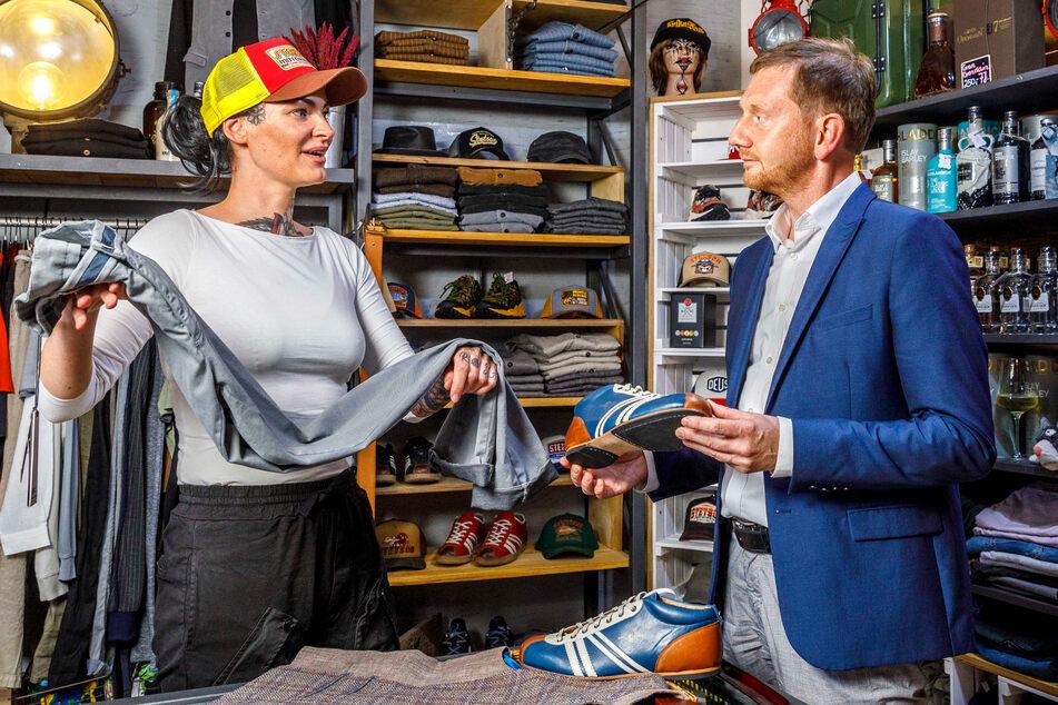 """Ministerpräsident Michael Kretschmer (46, CDU) im Gespräch mit Mandy Ehmann (34) im Tattoo Studio """"Erika und Kurt""""."""