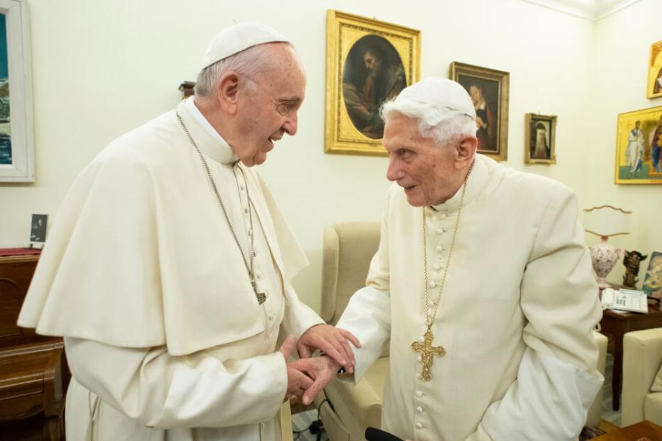 Papst Franziskus (l) und der emeritierte Papst Benedikt XVI.