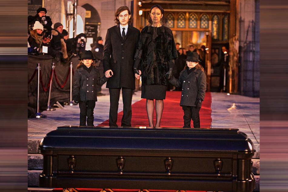 Celine Dion und ihre Söhne Rene Charles (2.v.li.) mit den Zwillingen Nelson und Eddy bei der Beerdigung ihres Ehemannes René Angélil am 22. Januar 2016 in Montreal.