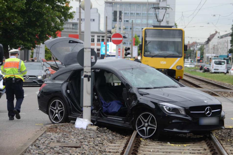 Der Mercedes hat nur noch Schrottwert.