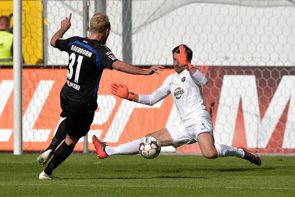 Martin Männel im Spiel Ende September 2018 in Paderborn. Hier pariert er gegen Ben Zolinski. Trotz der 0:1-Niederlage bekam er die TAG24-Note 1, da er einfach überragend hielt.