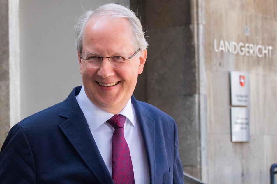 Hannovers früherer Oberbürgermeister Stefan Schostok (57, SPD) muss sich erneut vor Gericht verantworten, nachdem sein Freispruch aufgehoben worden ist.