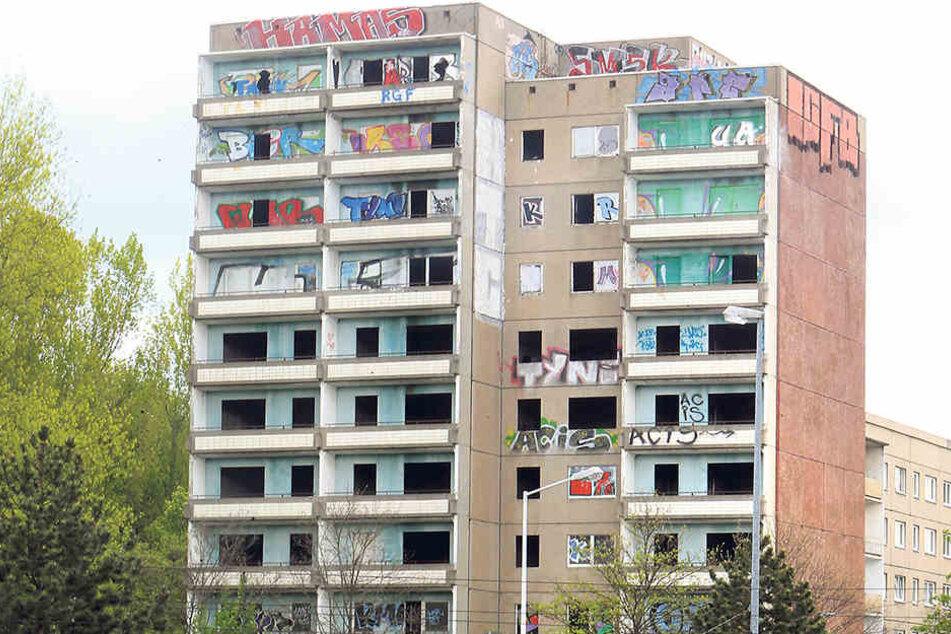 Einladend sieht anders aus: Graffiti am Hochhaus in der Zwickauer Straße.