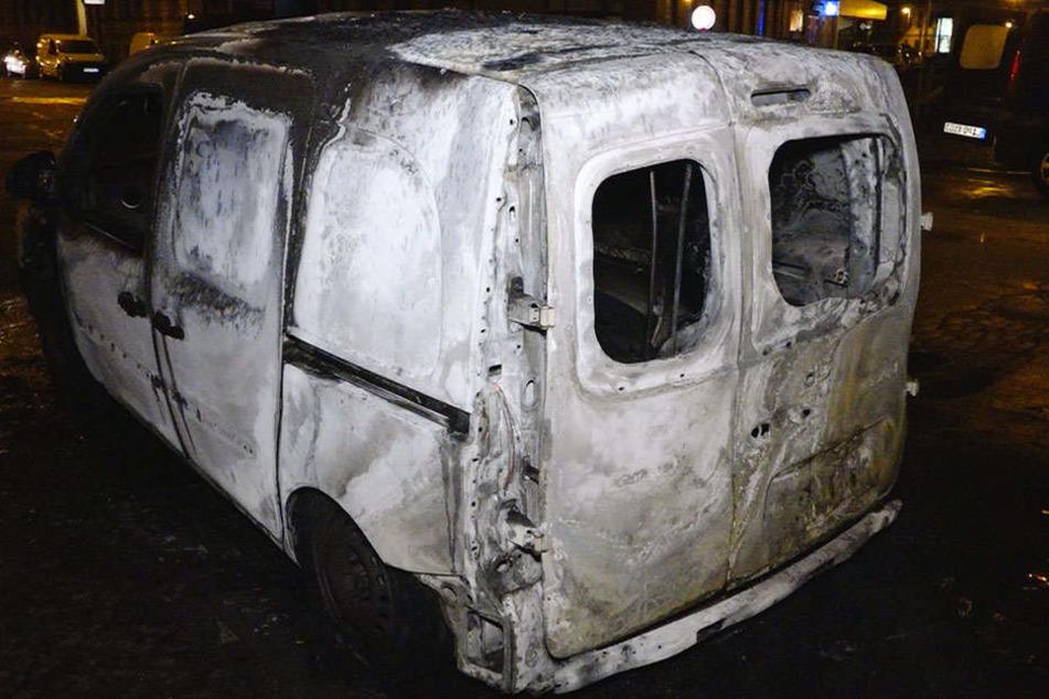 Zwei der drei Kurierfahrzeuge brannten komplett aus.