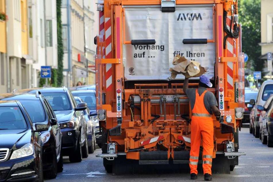 Beim Überqueren der Straße erwischte der Müllwagen die Frau. (Symbolbild)
