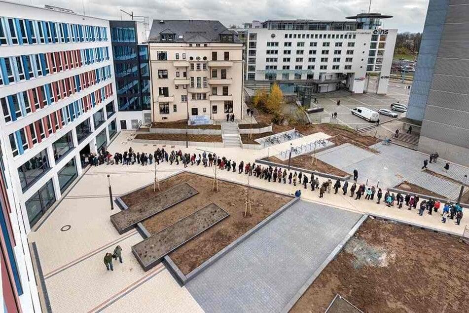 Schlange am Ex-Contiloch: Die Chemnitzer stürmten gestern das Neue Technische Rathaus. Dort zieht 2018 das Baudezernat ein.