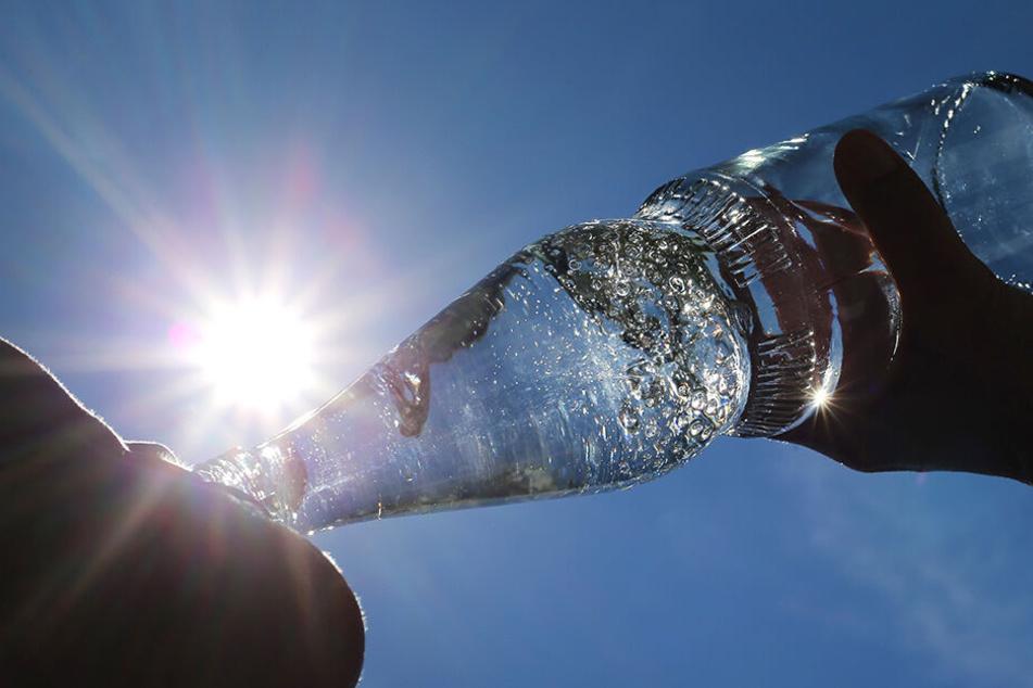 Bei der enormen Hitze, sollte man viel trinken, aber auch auf den richtigen Mineralwasser-Hersteller achten.