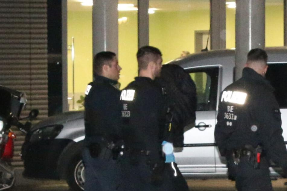 Ein Mann wird von der Polizei abgeführt. Dabei soll es sich um den Täter handeln.