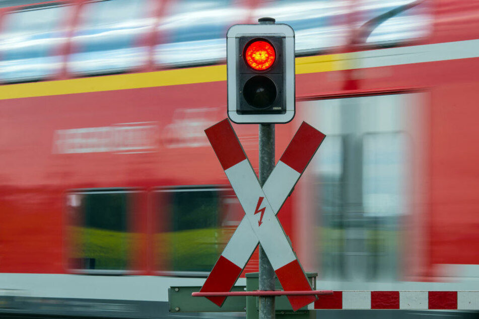 Passanten finden jungen Mann tot an Bahnübergang