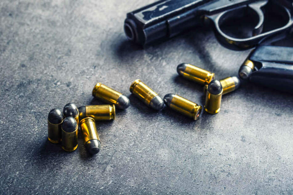 Der Angeklagte richtete seine beiden Opfer mit Schüssen und Messerstichen hin (Symbolbild).