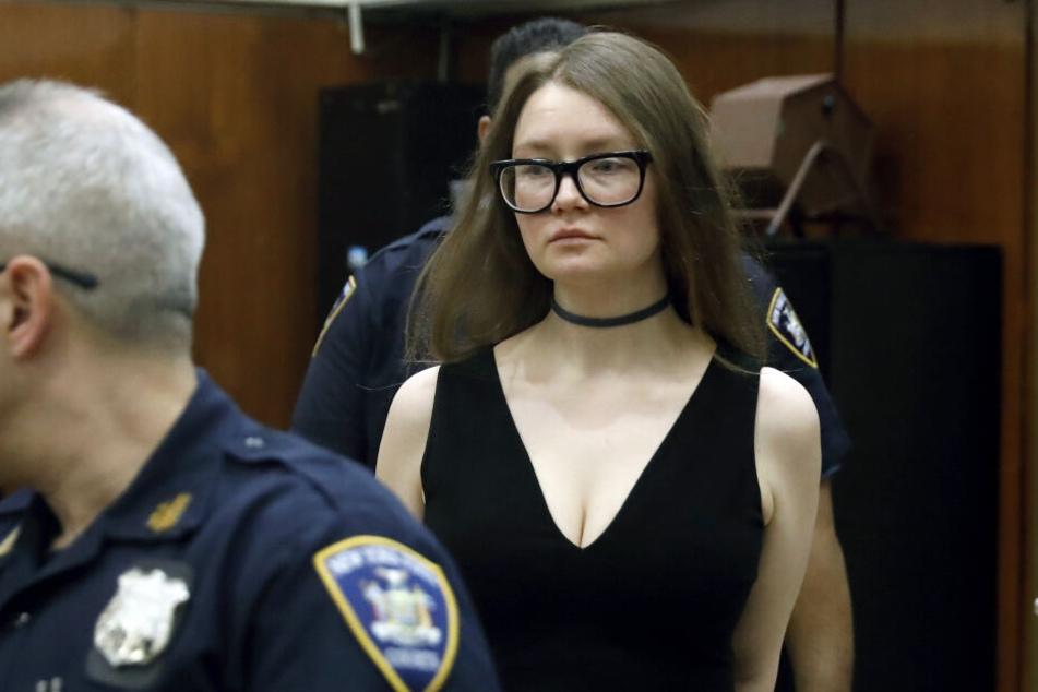 Mit einem schwarzen Kleid trat Anna Sorokin vors Gericht.
