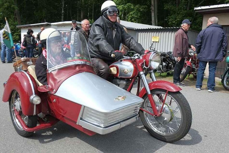 """DDR-Stolz mit Sachsen-Flagge: Hier rollt gerade eine etwa 60 Jahre alte """"Simson AWO 425"""" samt Beiwagen am Pferdegöpel ein."""