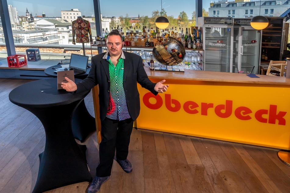 """Keine Gäste: Chris Dietrich (35) im leeren """"Oberdeck""""."""