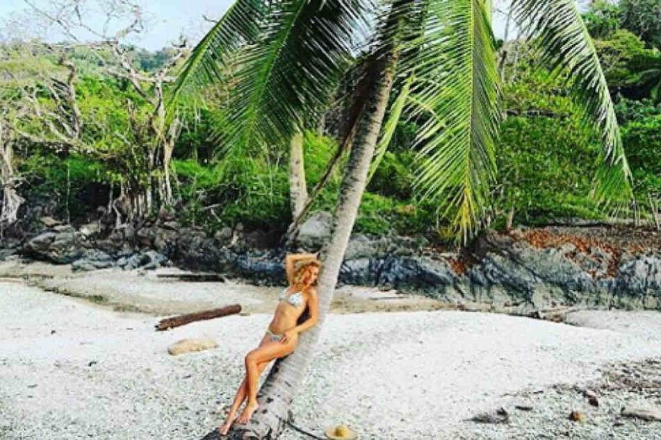 Janni Hönscheid (27) beim Foto-Shooting am Strand von Costa Rica.