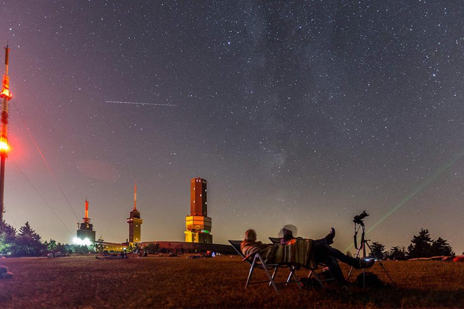 Besucher beobachten auf dem Großen Feldberg im Taunus die Sternschnuppennacht. Der Sternschnuppenstrom der Perseiden erreicht am Wochenende seinen Höhepunkt.