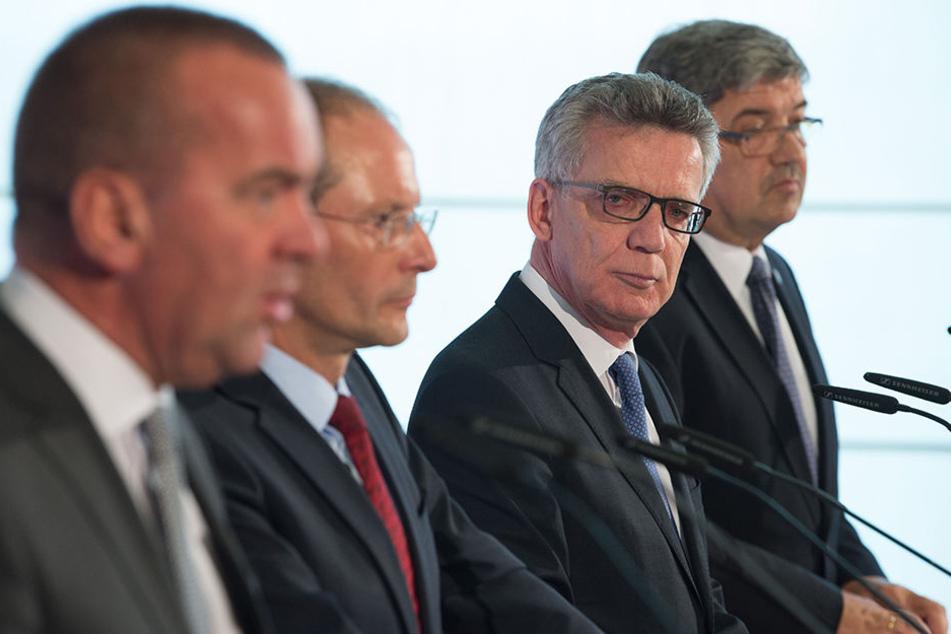 V.l.n.r.: Niedersachsens Innenminister Boris Pistorius (SPD), Sachsens Innenminister Markus Ulbig (CDU), Bundesinnenminister Thomas de Maiziere (CDU) und Mecklenburg-Vorpommerns Innenminister Lorenz Caffier (CDU)