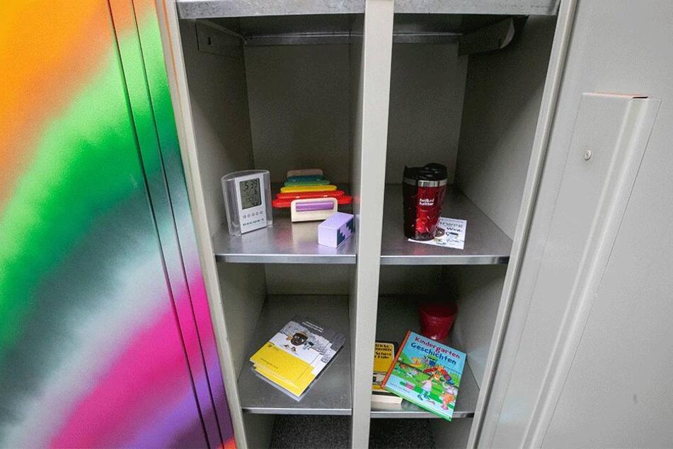 Kaffeebecher, Funkuhr, Kinderbücher und Holzspielzeug - die ersten Tauschgegenstände landeten gestern in den Schrankfächern.