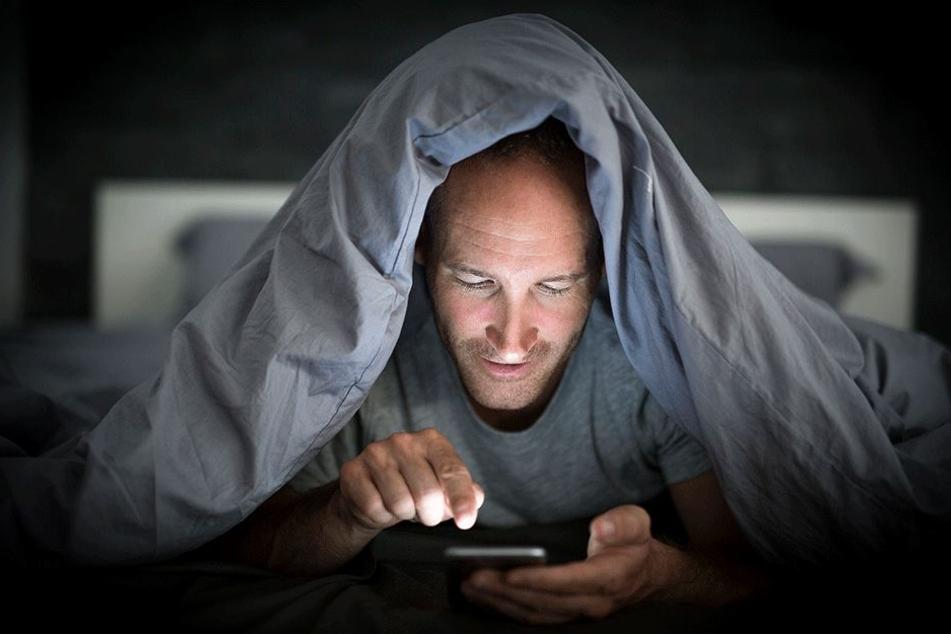 Viele können auch nachts kaum von ihrem Smartphone lassen. Das rächt sich oft.