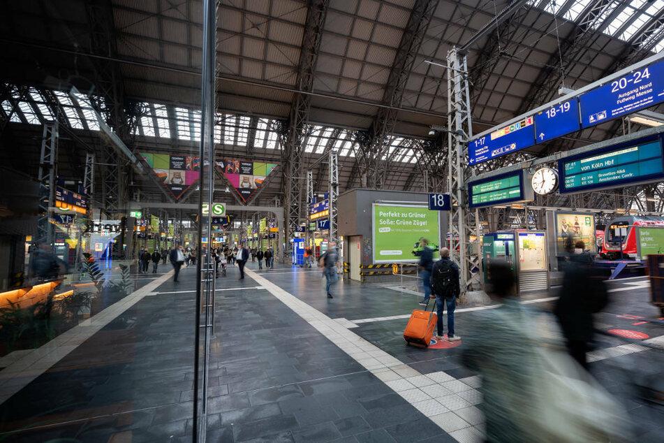 Auch am Frankfurter Hauptbahnhof mussten am Donnerstagmorgen viele Menschen lange auf ihren Zug warten.