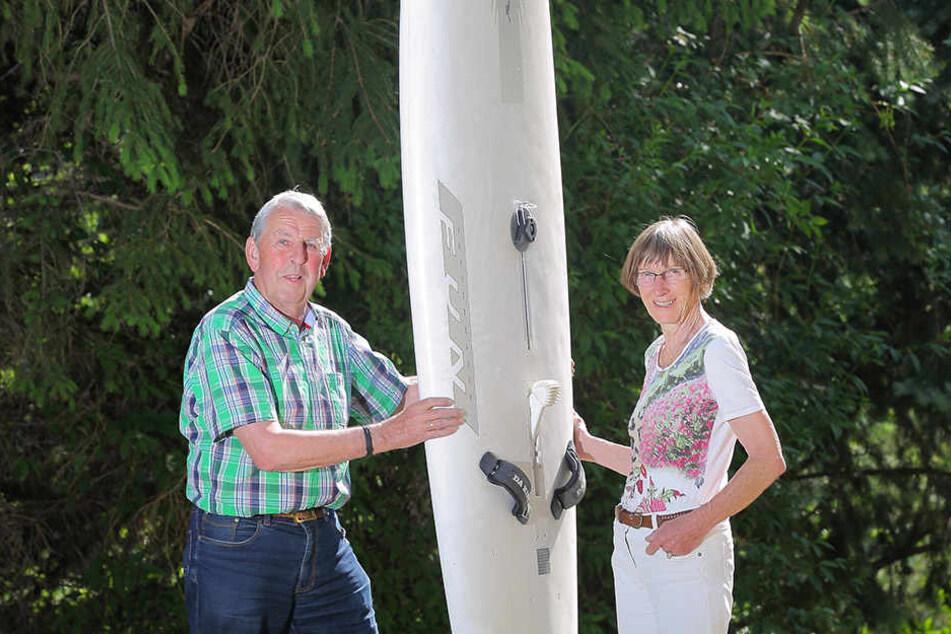 Ingrid (75) und Peter Wagner (78) bauten vor 40 Jahren Surfbretter wie dieses in der heimischen Garage: Die Originalbretter und -segel aus den 1970er Jahren spendeten sie für Ausstellungen.