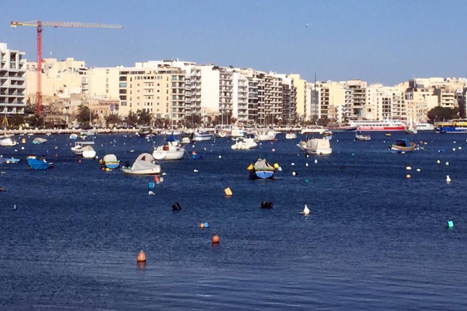 Malta, Sliema: Baukräne und Gebäude im Übergang zwischen den Städten Gzira und Sliema auf Malta in der Nähe von Valletta.
