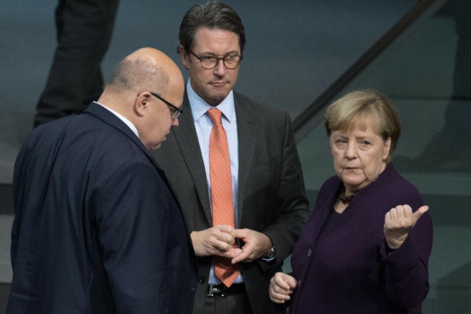 Angela Merkel spricht mit Peter Altmeier und